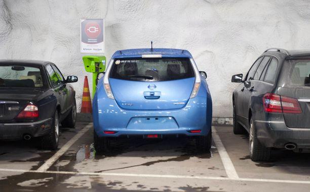 Vain sähköautoa sallittu, tuumaavat ympäristöjärjestöt.  KUVA PASI LIESIMAA