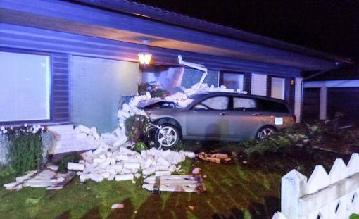 Törmäys oli raju. Silminäkijän mukaan auto ajoi selvää ylinopeutta.