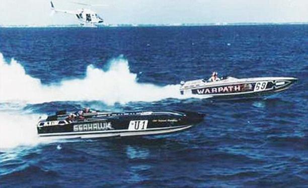 Veljekset rakastivat nopeita veneitä ja huumeiden kuljetuksen lisäksi he myös kilpailivat. Kuvassa etualalla Falconeiden pikavene Seahawk.