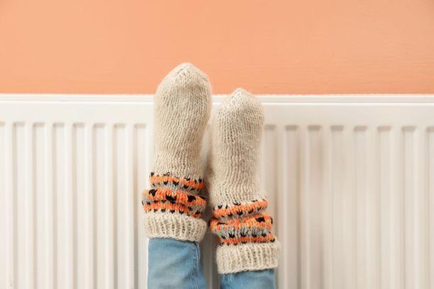 Jos palelun syynä ei ole sairaus, ensisijainen hoitokeino on jalkojen lämpiminä pitäminen.