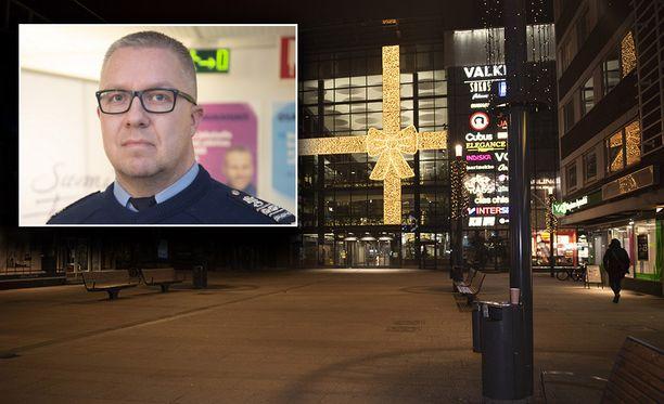 Rikosylikomisario Markus Kiiskinen (vas.) kertoo, että yksi Oulun epäillyistä seksuaalirikollisista on vielä ottamatta kiinni.