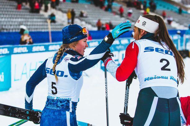 Anita Korva (vas.) otti sunnuntaina pronssia nuorten MM-hiihdoissa. Salpausselällä hiihdettäviä kisoja ei näe Suomessa ilmaisilla tv-kanavilla.