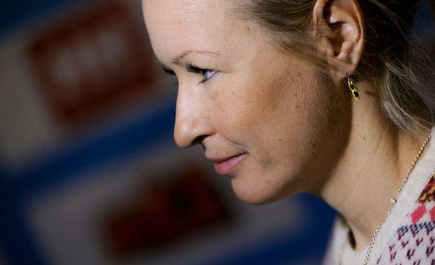 Riitta-Liisa Roponen ja aurinkolasikorvakorut.