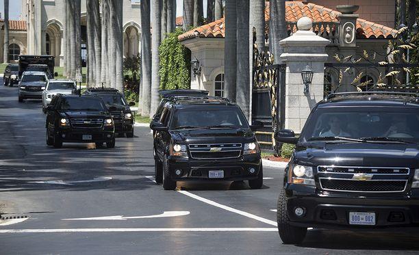 Trumpin autosaattue perjantaina lähdössä golfkentälle Mar-a-Lagosta.