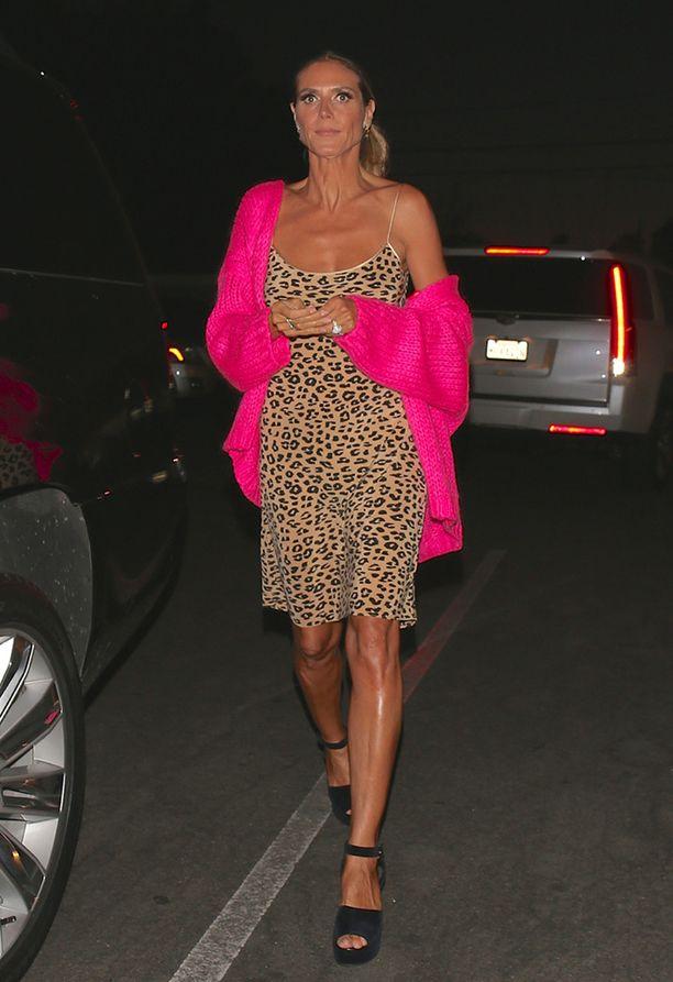 Heidi Klum kuvattiin leopardimekossaan Beverly Hillsin illassa.