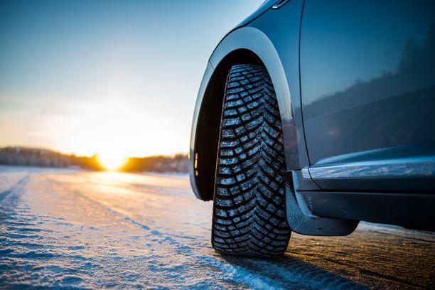 Talvi yllättää autoilijat kuten aina. Talvirenkaiden valinta on syytä miettiä valmiiksi ajoissa.