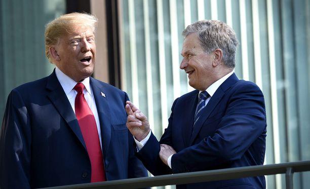 Presidentit yltyivät myös vitsailemaan Mäntyniemen parvekkeella.