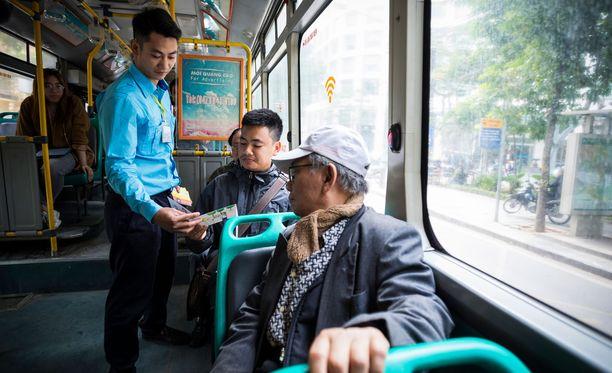 Lipunmyyjä jakaa bussissa nuorten tekemää sarjakuvakirjaa, joka valistaa seksuaalisesta ahdistelusta.