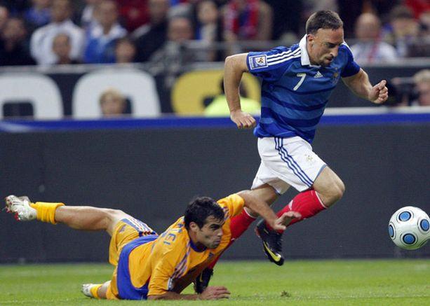 Franck Ribery (oik.) karkaa Romanian puolustajalta Vasile Mafteilta lauantaina pelatussa MM-karsintapelissä. Ottelu päättyi 1-1.