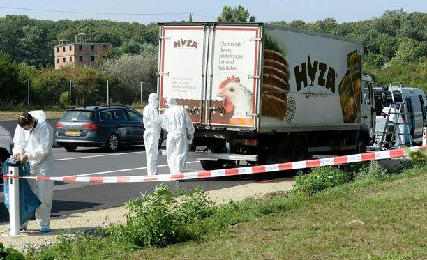 Hylätty kulmäauto löytyi A4-moottoritien laidasta viikko sitten. Sisällä oli 71 ruumista.