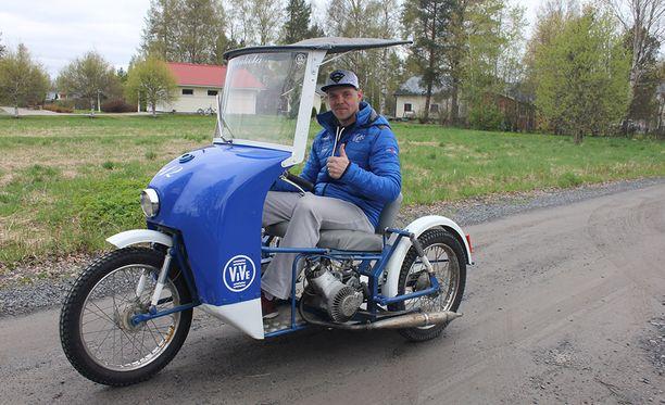 Numero 12 nokassaan matkaava Erkkola-kesäheila kiidättää Janne Mäkelää Vimpelin kylän raitilla. Maalipintaan on suunnitteilla myös mestaruusvuosien ikuistaminen.