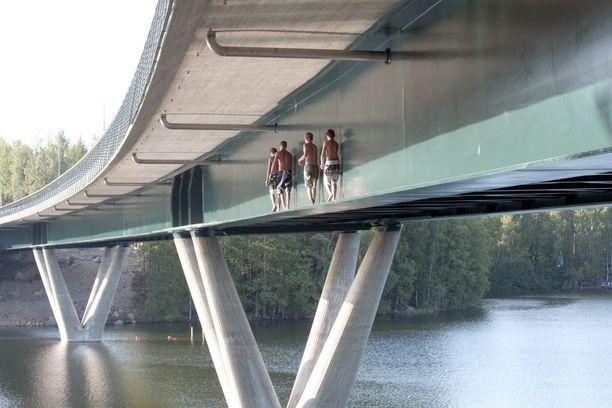 Nuoret uimahyppääjät löysivät Särkijärven sillalle jo sen avajaisvuonna 2011. Lukijan vuoden 2011 kuvassa näkyy, kuinka nuoret kapuavat Särkijärven sillan kapealle alatasanteelle ja hyppäävät järveen kymmenestä metristä.