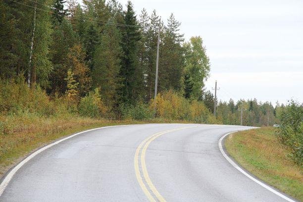 Turma-auto oli ajautunut oikealle kaartavasta mutkasta suoraan ulos ja ojan yli penkereelle.