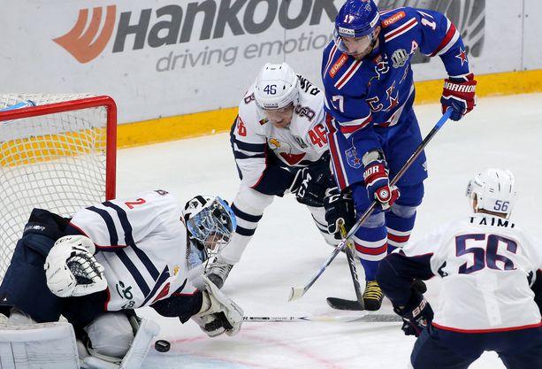 Teemu Ramstedt väänsi Ilja Kovaltšukia vastaan. Slovan hävisi SKA:lle 1-7.