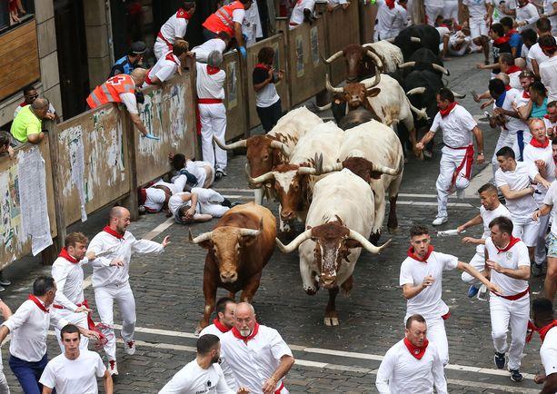 Pamplonan härkäjuoksun avauspäivä toi sunnuntaina heti useita loukkaantuneita.