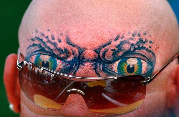 Okei, tämä ei ole naamatatuointi, mutta se muistuttaa (ehkä jonkun mielestä) naamaa, joten menkööt! Vartija-Brian haluaa kaikkien tietävän, että hänellä on silmät takaraivossakin - kirjaimellisesti.