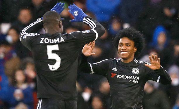 Peli-ilo on löytynyt. Chelsean Kurt Zouma ja Willian juhlivat selvää voittoa Crystal Palacesta.