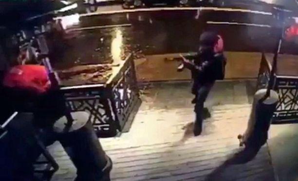 Istanbulin yökerhoiskun tekijä tallentui turvakameran videolle.