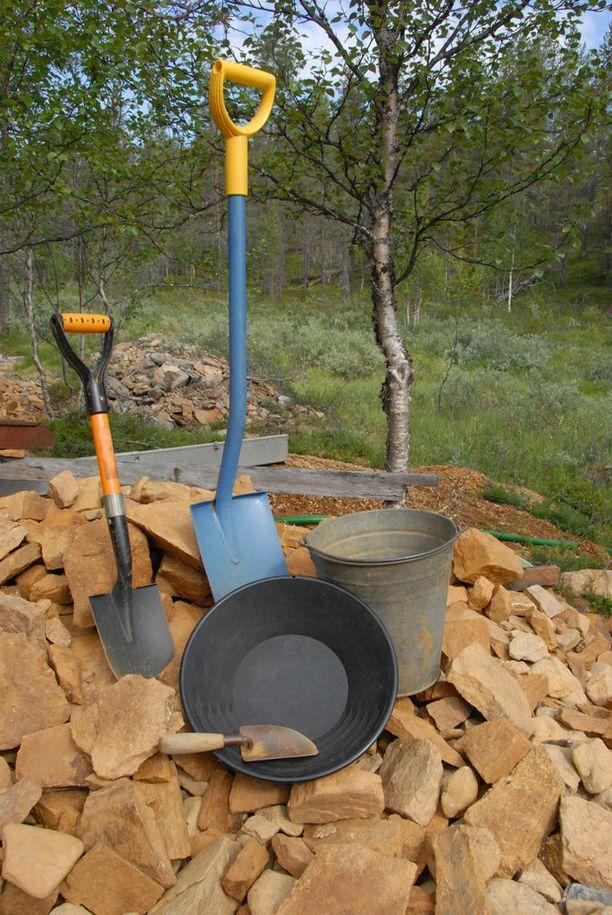 Lapiolla, ämpärillä, pikkukauhalla ja vaskoolilla pääsee hyvin alkuun. Mukaan kannattaa ottaa myös hakku ja rautakanki sekä hippuputkia. Vesipumppu ja ränni rihloineen helpottavat kaivuta.
