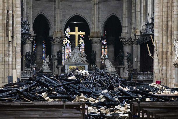 Puinen katto romahti kirkon pääsaliin. Yllättävän suuri osa taideaarteista kuitenkin pelastui.