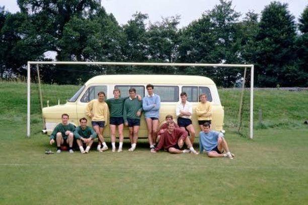 Tottenhamin huippu-futista 60-luvulla. Jimmy Greaves (keltaisessa vasemmalla) ja ystävät maalijuhlissa.