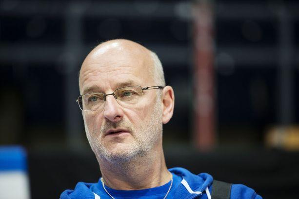 Koripallomaajoukkueen päävalmentaja Henrik Dettmann on aina potentiaalinen nimi, kun suomalaiseen huippu-urheiluun etsitään johtajia.