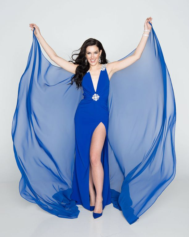 Michaela Söderholm edustaa Suomea nuoren suomalaissuunnittelija Ira Kostoulasin sinisessä iltapuvussa.