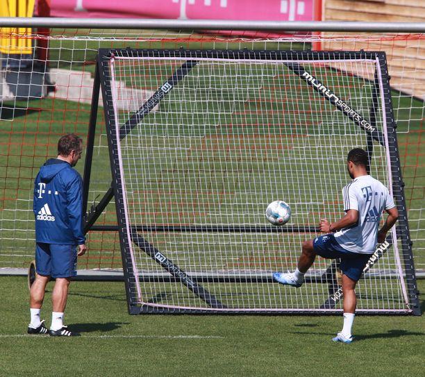 Bundesliigapelaajat pääsevät potkimaan palloja toisilleen.
