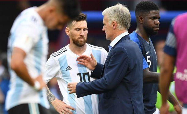 Ranskan päävalmentaja Didier Deschamps kätteli Argentiinan pelaajat ottelun jälkeen.