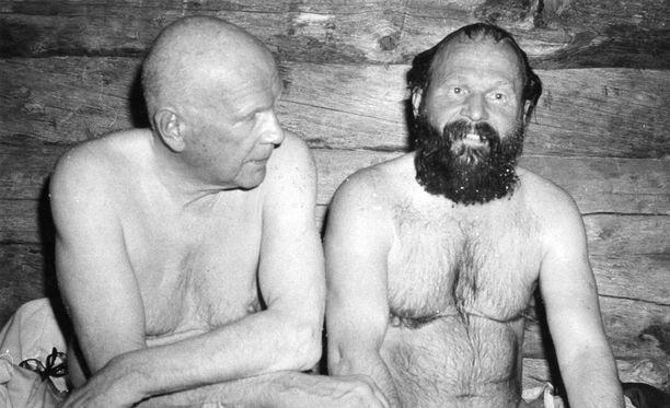 Presidentti Urho Kaleva Kekkonen ja taiteilija Reidar Särestöniemi saunoivat yhdessä Särestössä vuonna 1975.