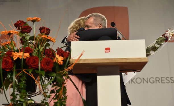 Väistyvä ja vastavalittu puheenjohtaja halasivat toisiaan lämpimästi.