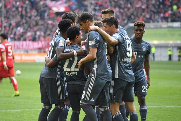 Bayern jyräsi Düsseldorfin helposti.