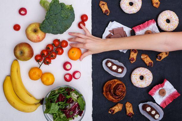 Merkittävimmät kovan rasvan lähteet ovat maitotuotteet, rasvaiset liharuoat, makkarat ja juustot. Sitä on myös sipseissä, pasteijoissa ja donitseissa.