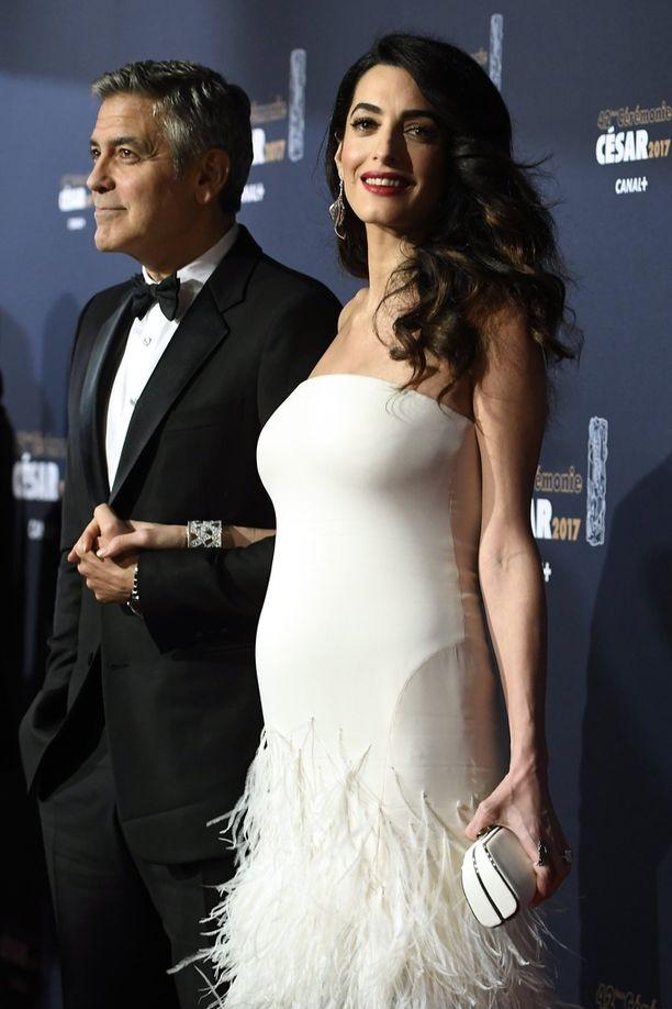 Amal Clooneyn somasti pyöristynyt vartalo oli edukseen hyvin leikatussa puvussa.