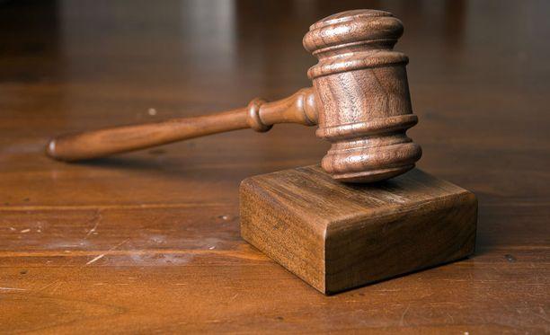Kymmenet tuhannet kansalaiset vaativat tuomarien eroa.