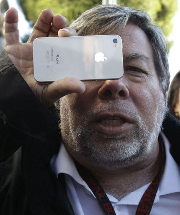 Steve Wozniak esitteli uutta iPhonea Kaliforniassa.