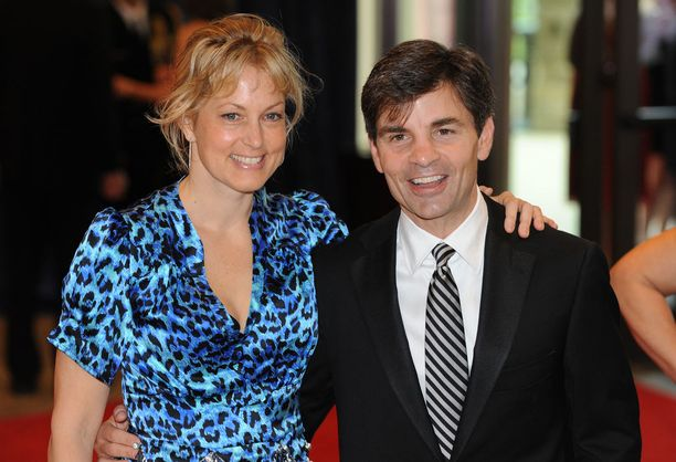 George Stephanopoulos osallistui puolisonsa, näyttelijä Ally Wentworthin kanssa Valkoisen talon toimittajille järjesttävällä vuotuisella juhlaillallisella 2011.