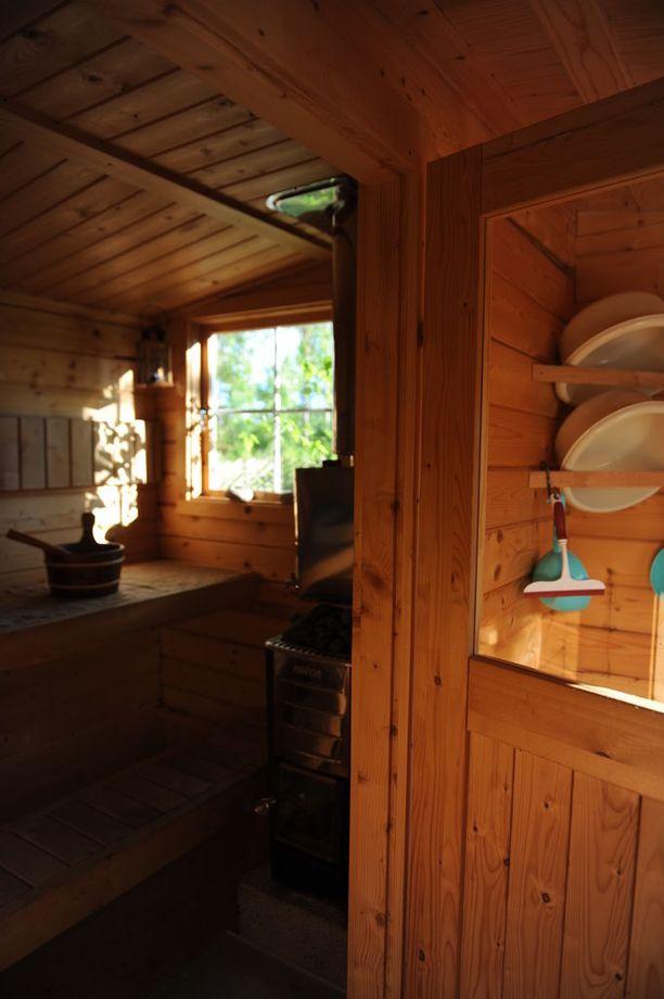 Saunamökin puulämmitteissä saunassa on Tarjan mukaan heitetty monet löylyt.