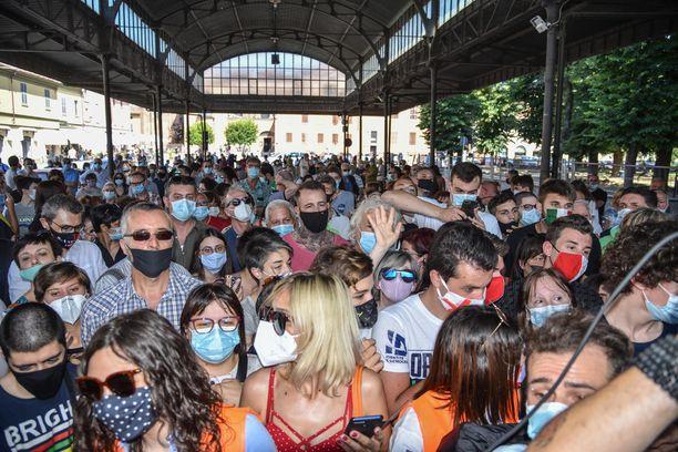 Codognon kaupungissa todettiin helmikuussa Italian ensimmäinen koronatartunta. Ihmiset odottivat oikeistolaisen Pohjoisen liitto -puolueen johtaja Matteo Salvinia saapuvaksi vierailulle sunnuntaina.