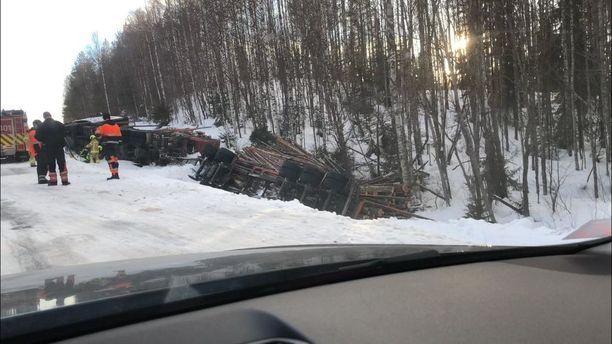 Tukkeja kuljettanut ajoneuvo päätyi ojaan lähellä Rovaniemeä.