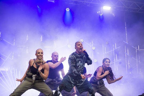 Antti Tuisku on menestynyt laulaja, jolta ilmestyi juuri uusi levy. Albumi kantaa nimeä Anatude.