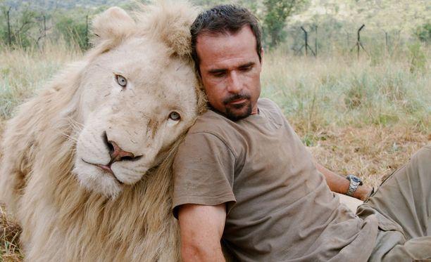 Kevin Richardson on opiskellut eläintieteitä.
