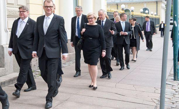 Esimerkiksi Juha Sipilä ja Jussi Niinistö ovat kommentoineet Timo Soinin ilmoitusta somessa.