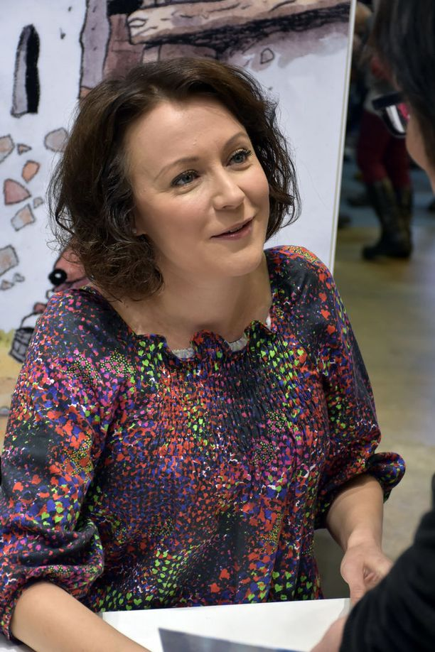 Jenni Haukio jakoi nimikirjoituksia kolmen vartin ajan Helsingin kirjamessuilla.
