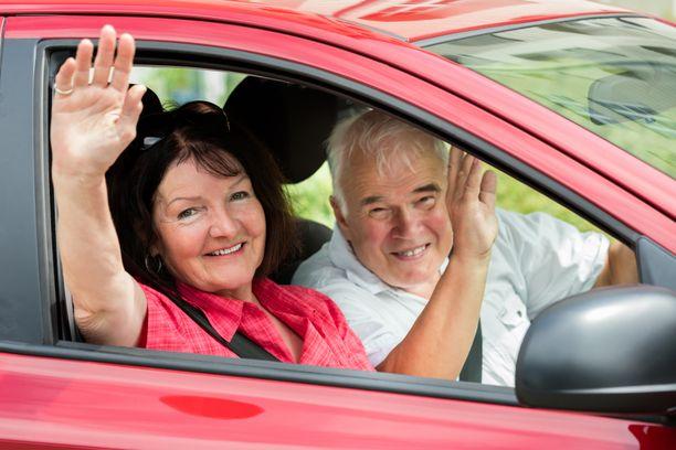 Autoliitto järjestää ikäihmisille koulutuksia, joissa ratkotaan ikääntymisen tuomia haasteita liikenteessä. Kuvituskuva.