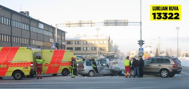 Henkilöauton kuljettaja loukkaantui rajussa törmäyksessä.