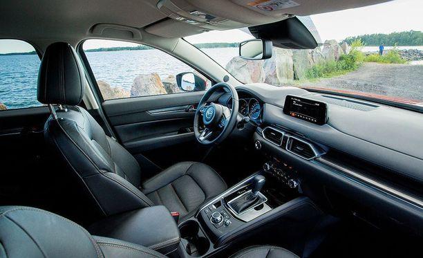 Apple CarPlay-järjestelmää ohjataan keskikonsolin pyörökytkimestä ajon aikana. Pysähdyksissä kosketusnäytöltä.