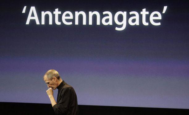 Applen toimitusjohtaja Steve Jobbs huomautti tiedotustilaisuudessa, ettei iPhone 4 -puhelin ole saanut paljon valituksia käyttäjiltä.