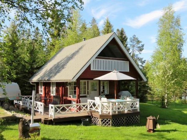 Tämä mökki sijaitsee Kokkolassa meren rannalla. Päärakennuksen lisäksi kokonaisuuteen kuuluu vierastupa ja rantasauna.