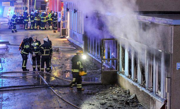 Moskeijassa oli noin kaksikymmentä ihmistä palon alkaessa. Moskeija tuhoutui täysin.